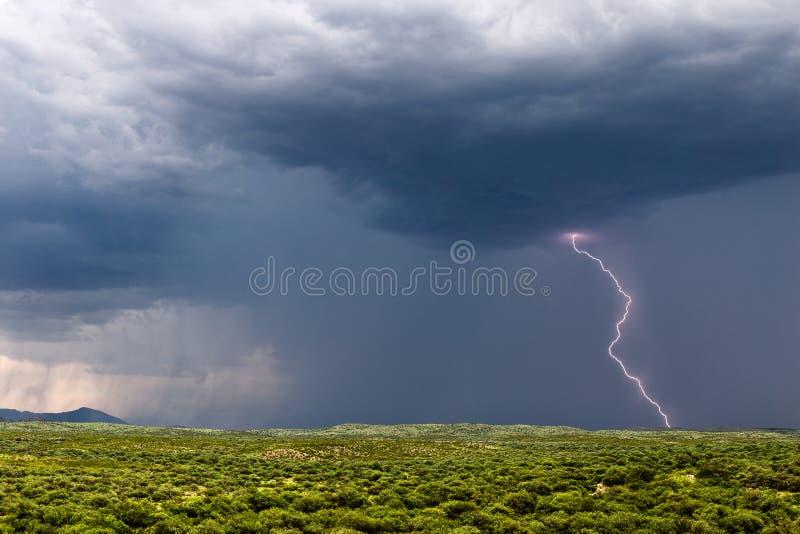 Parafuso de raios da tempestade com nuvens escuras e chuva fotografia de stock