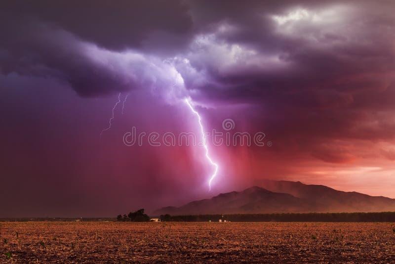 Parafuso de relâmpago que golpeia uma montanha em um temporal fotos de stock royalty free