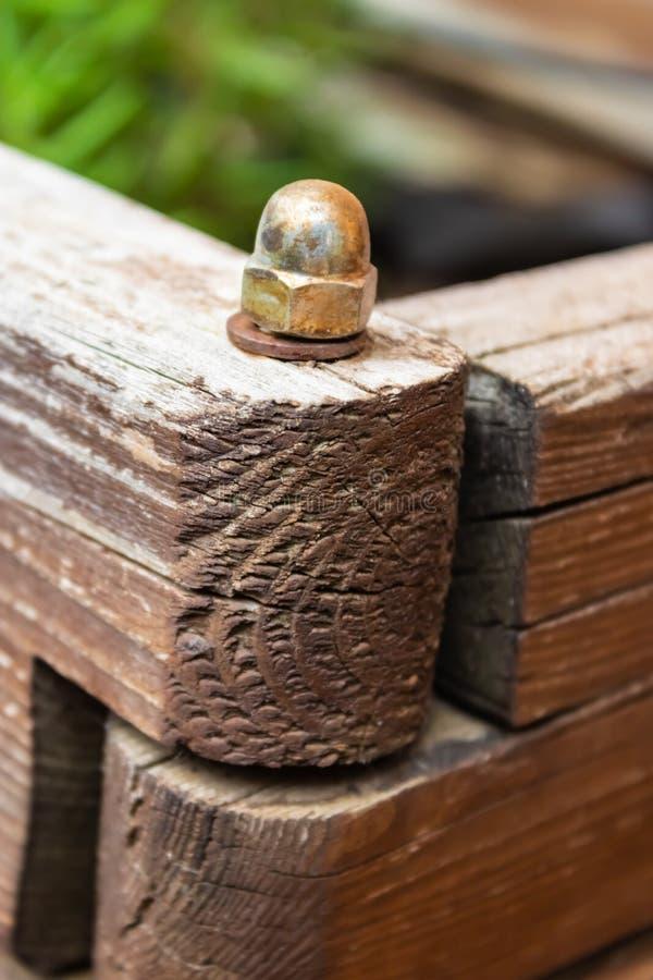 Parafuso do metal que conecta as duas peças da caixa de madeira no jardim - imagem fotografia de stock
