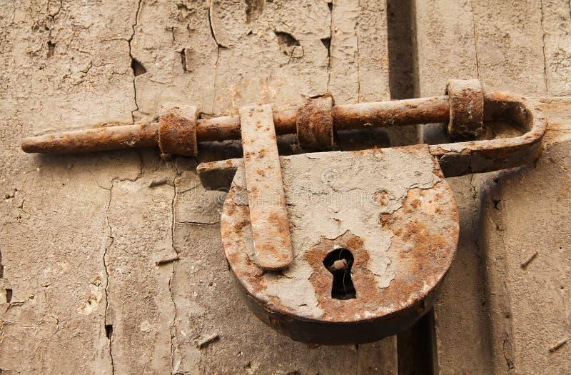 Parafuso e cadeado oxidados velhos na porta de madeira imagens de stock royalty free
