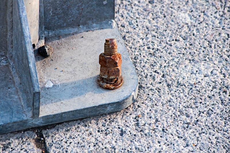 Parafuso e porca oxidados e danificados na montagem do cargo imagem de stock