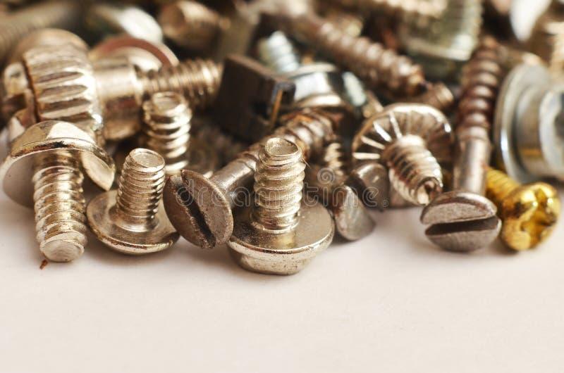 Parafuso feito do ferro e do bronze na forma de uma haste redonda alongada fotos de stock royalty free