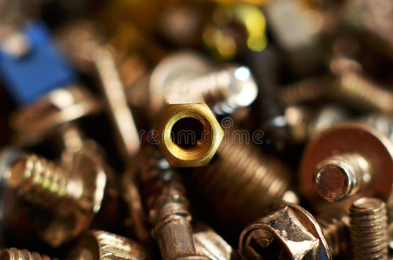 Parafuso feito do ferro e do bronze na forma de uma haste redonda alongada imagem de stock