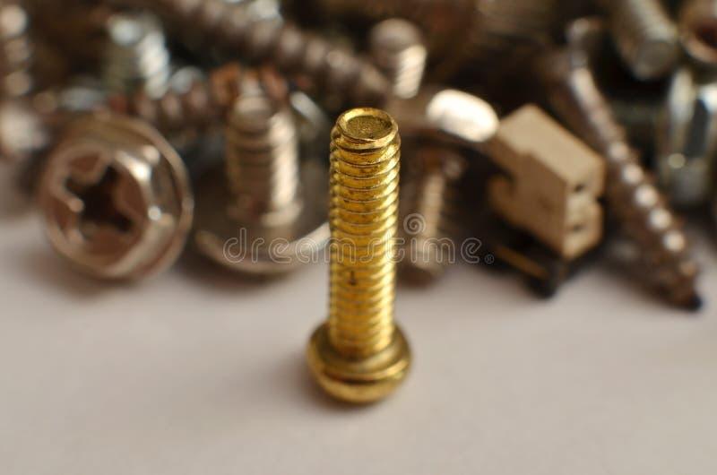 Parafuso feito do ferro e do bronze na forma de uma haste redonda alongada imagens de stock royalty free
