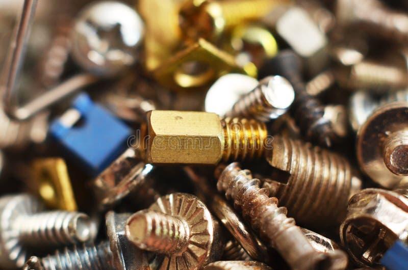 Parafuso feito do ferro e do bronze na forma de uma haste redonda alongada imagem de stock royalty free
