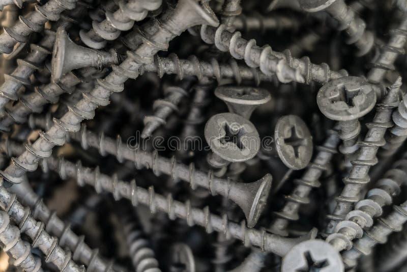 Parafusos de metal pretos no grupo Prendedores com close-up anticorrosivo do revestimento fotos de stock royalty free