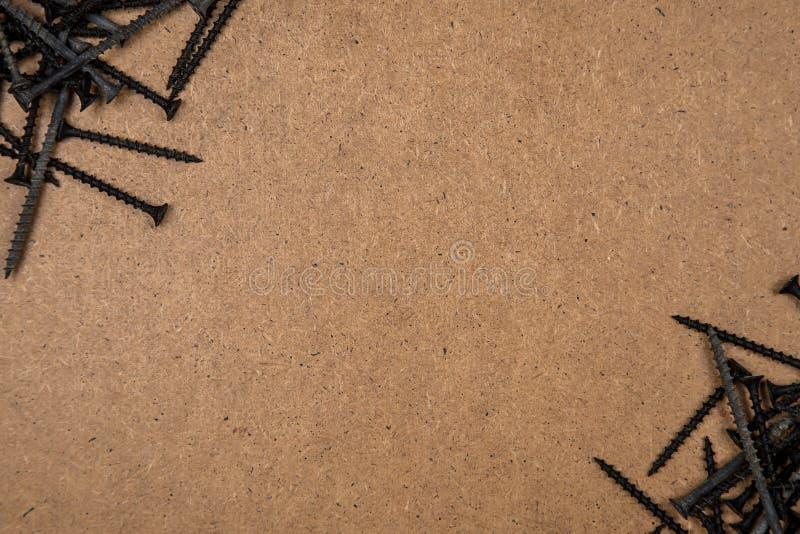 Parafusos diagonalmente da placa de madeira imagens de stock