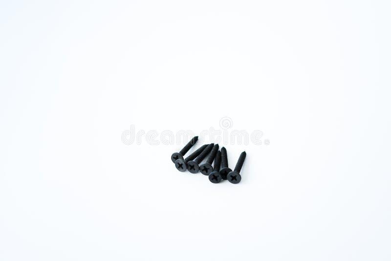 Parafusos pretos dos parafusos debatida dos mesmos tamanhos isolados no fundo branco fotografia de stock royalty free