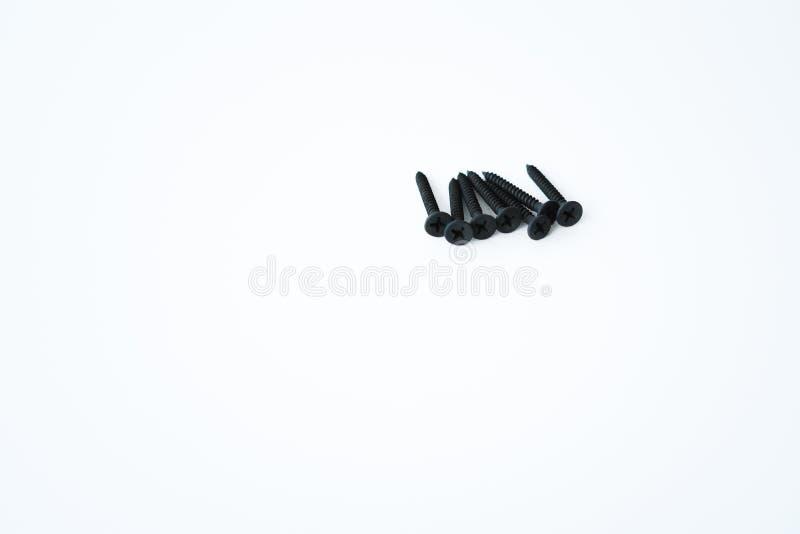 Parafusos pretos dos parafusos debatida dos mesmos tamanhos isolados no fundo branco fotos de stock royalty free
