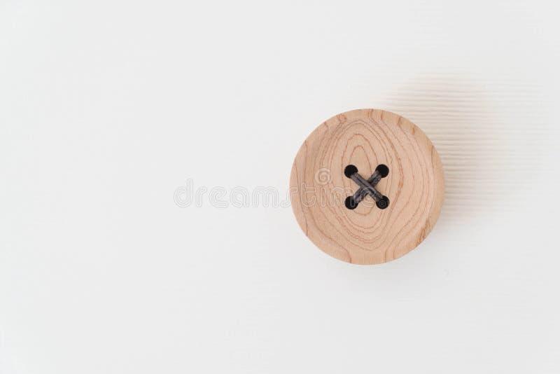 parafusos prisioneiros de madeira na madeira branca fotografia de stock