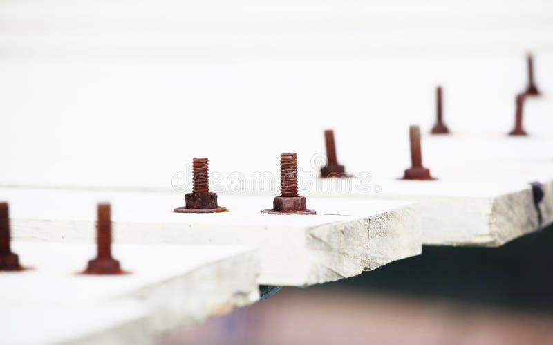 Parafusos velhos oxidados que prendem a ponte de madeira imagem de stock royalty free