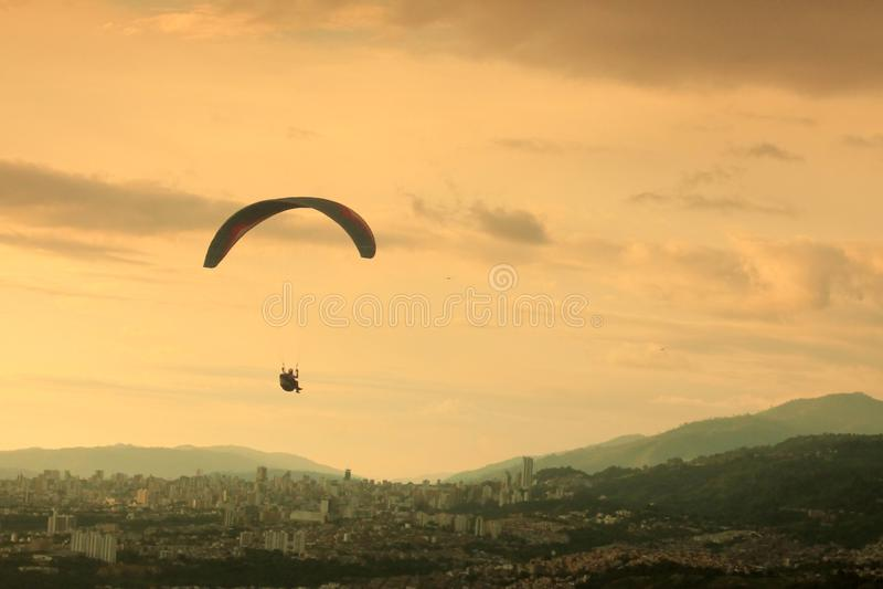 Paraglading und schöner Sonnenuntergang in Kolumbien lizenzfreie stockfotos
