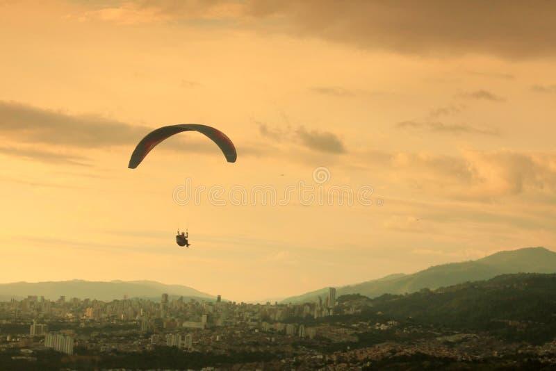 Paraglading y puesta del sol hermosa en Colombia fotos de archivo libres de regalías