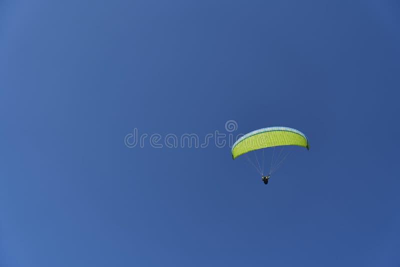 Paraglider żeglowanie przez niebieskie niebo zdjęcia stock