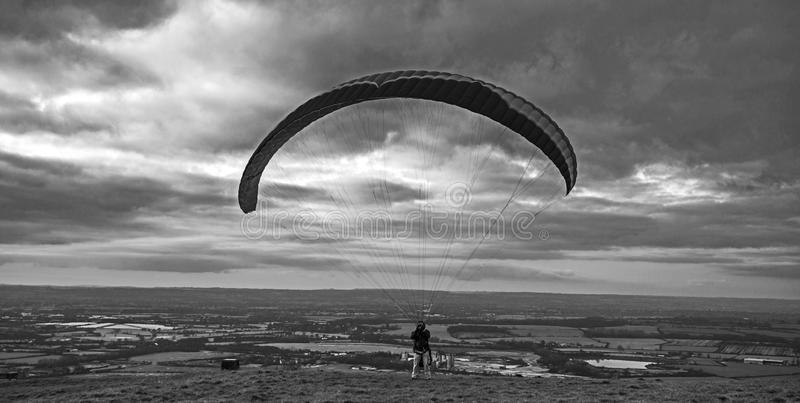 Paraglider da noite no monte do cavalo branco de Westbury em Wiltshire, Inglaterra do sul imagens de stock royalty free