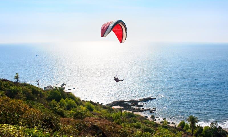 Paraglider e praia tropical no por do sol, India fotos de stock