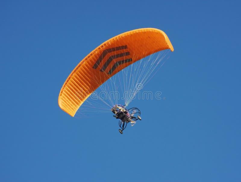 Paraglider em um céu da obscuridade do fundo imagem de stock royalty free