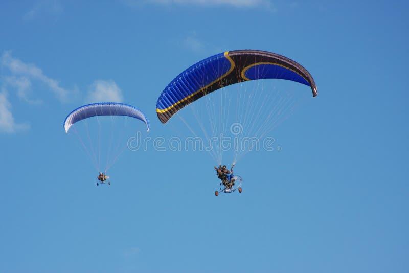 Paraglider em um céu da obscuridade do fundo foto de stock royalty free