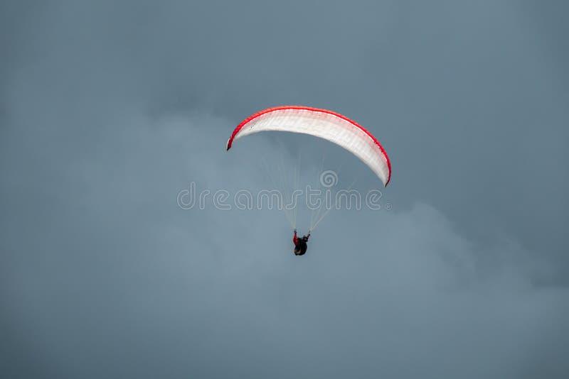 Paraglider em voo com o céu no fundo fotos de stock