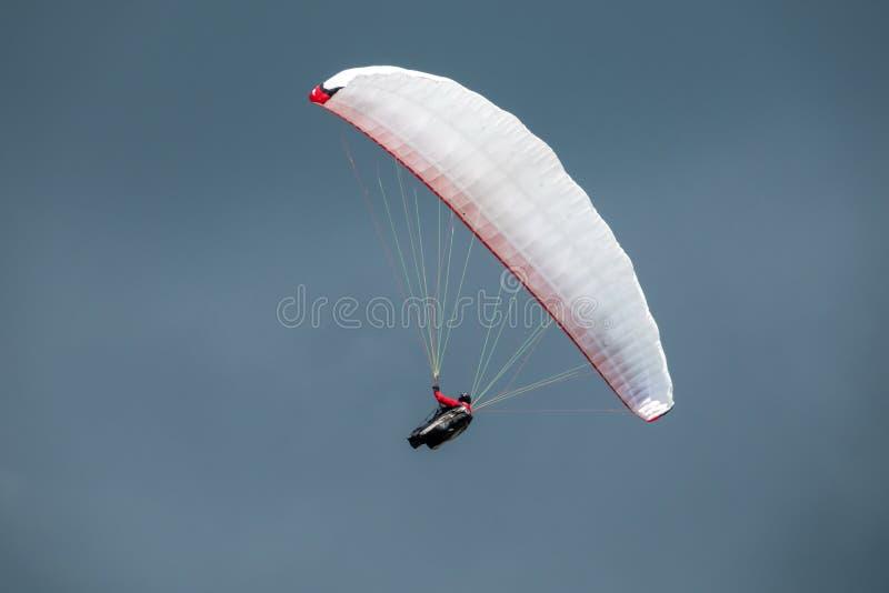 Paraglider em voo com o céu no fundo imagem de stock royalty free