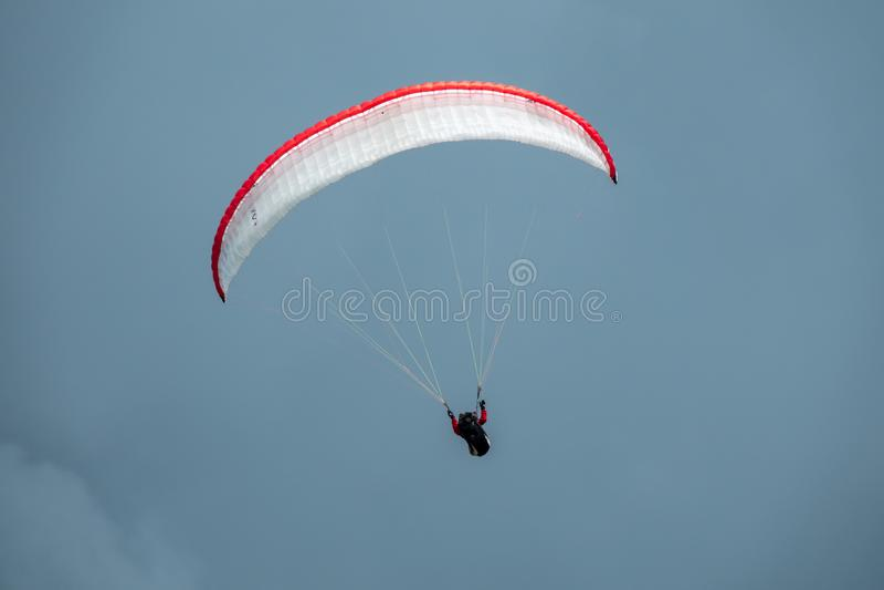 Paraglider em voo com o céu no fundo imagens de stock royalty free