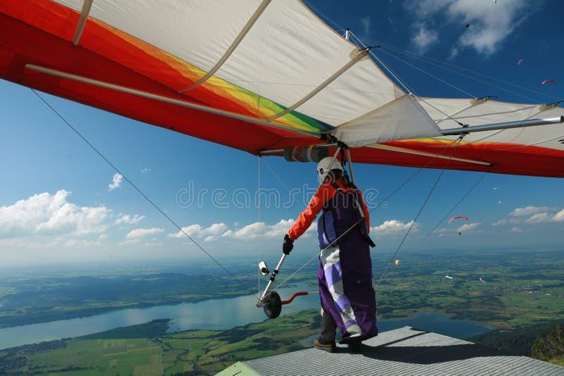 Paraglider för tagande-av i fjällängarna arkivbilder