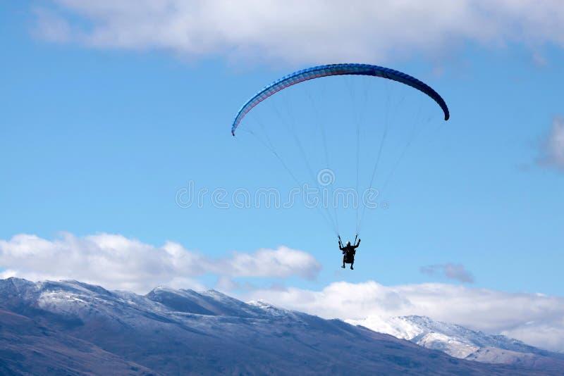 Paraglider i bergen arkivfoto
