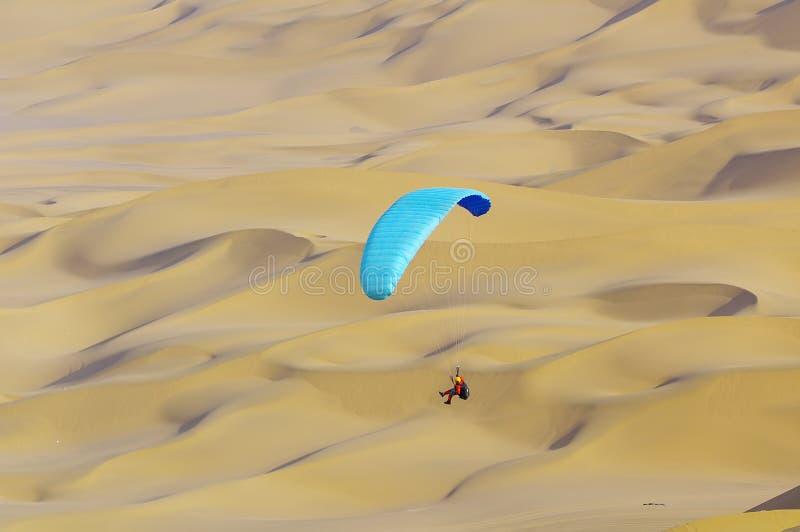 Paraglider i den Kumtag öknen arkivbilder