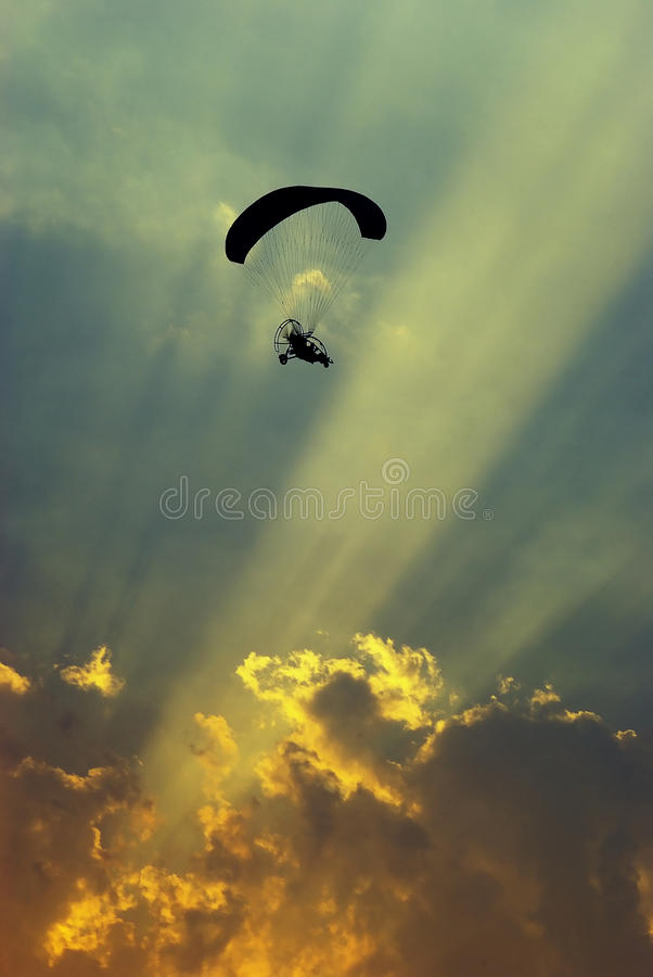 Paraglider i solnedgången arkivbilder