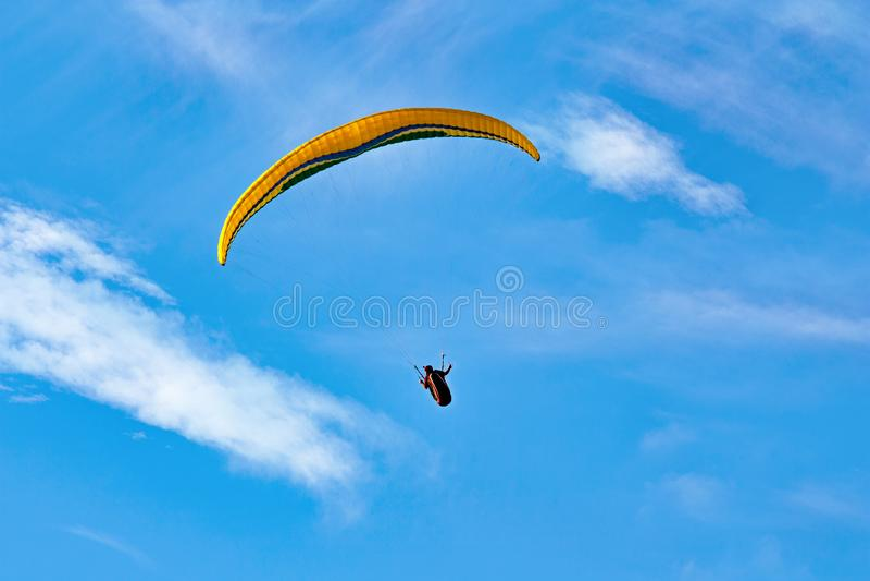 Paraglider na tle jaskrawy niebieskie niebo zdjęcie stock