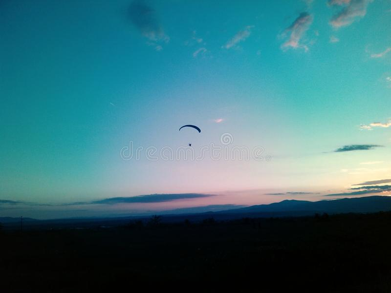 Paraglider no céu fotografia de stock royalty free