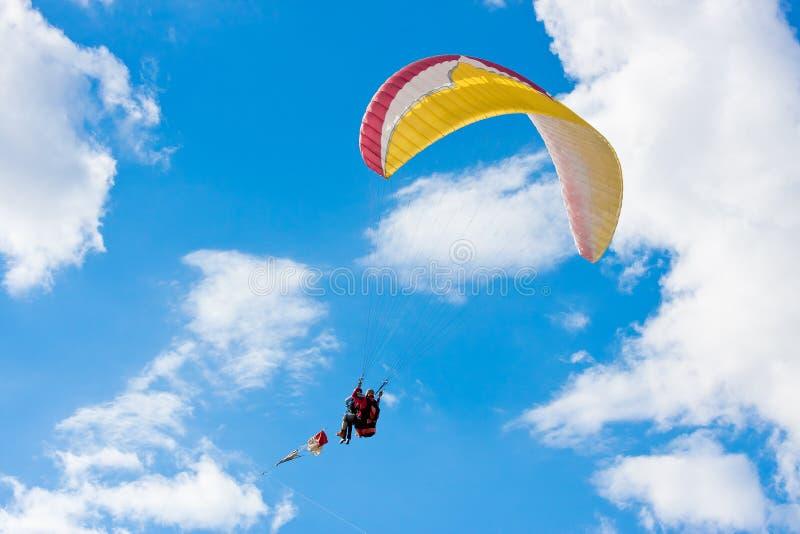 Paraglider no céu azul imagens de stock royalty free