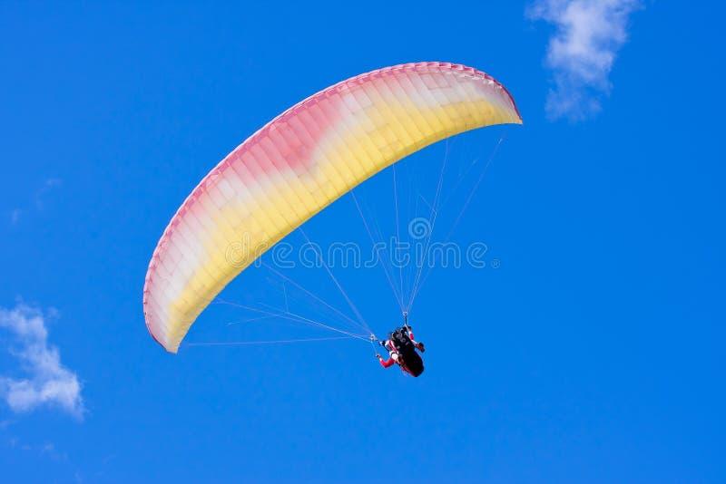 Paraglider no céu azul fotografia de stock royalty free
