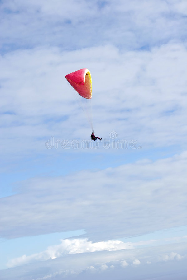 Paraglider no grande céu azul fotografia de stock royalty free