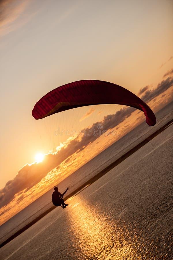 Paraglider no por do sol imagens de stock