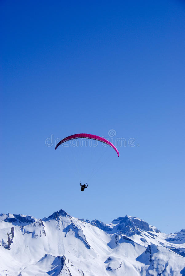 Paraglider nos alpes fotos de stock