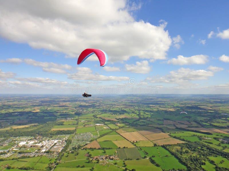 Paraglider ovanför Severn Valley royaltyfri fotografi