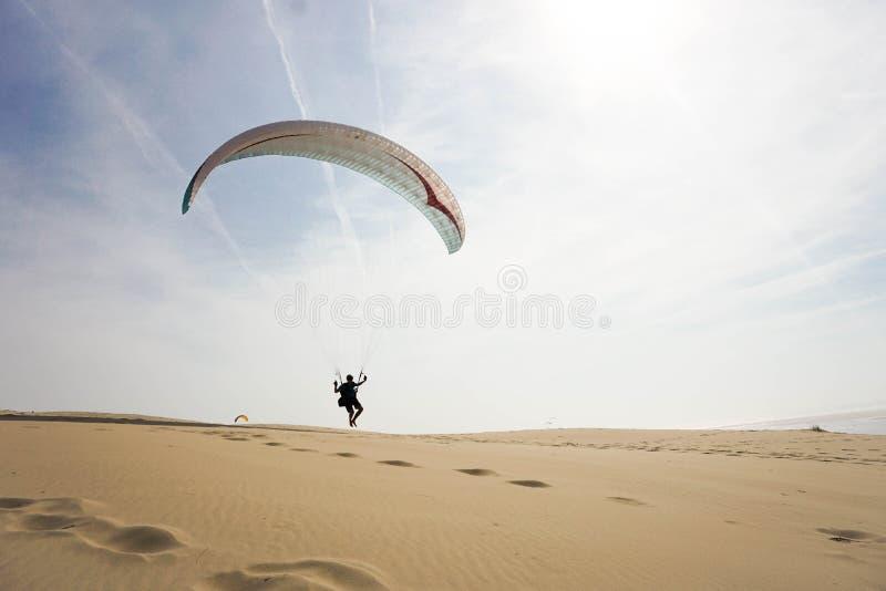 Paraglider på dyn av Pilat - den mest högväxta sanddyn i Europ arkivfoton