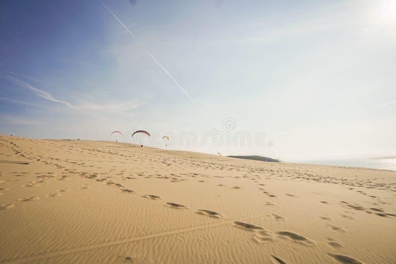 Paraglider på dyn av Pilat - den mest högväxta sanddyn i Europ arkivbilder