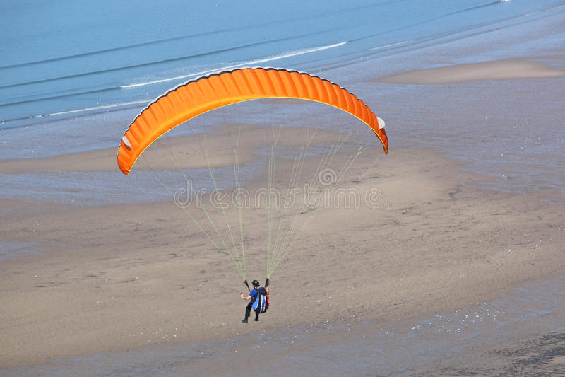Paraglider på Rhossili arkivbilder
