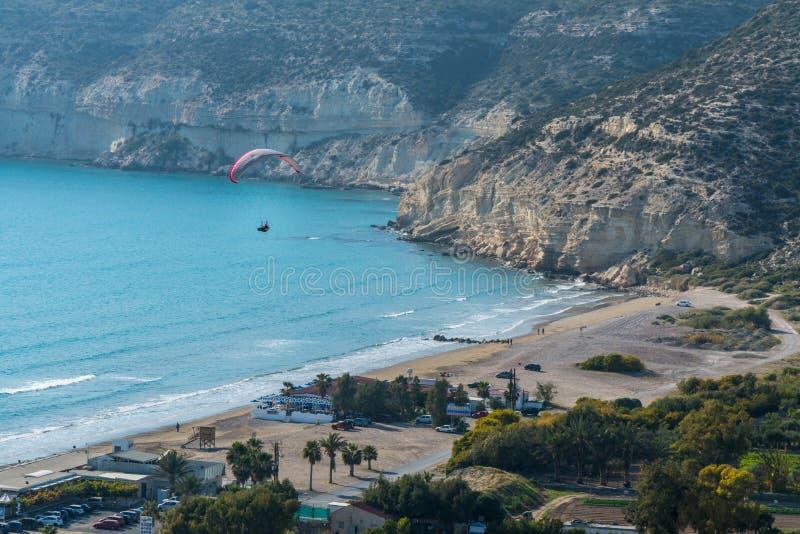 Paraglider przy Kourion, Cypr obrazy stock