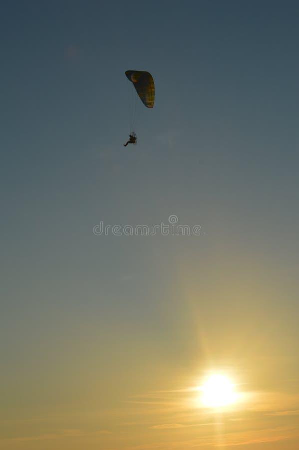 Paraglider przy zmierzchem zdjęcia stock