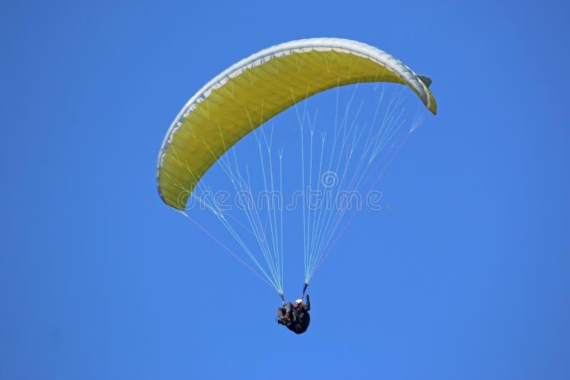 Paraglider que voa a asa amarela foto de stock