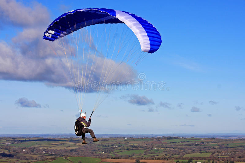 Paraglider sobre Dartmoor imagem de stock