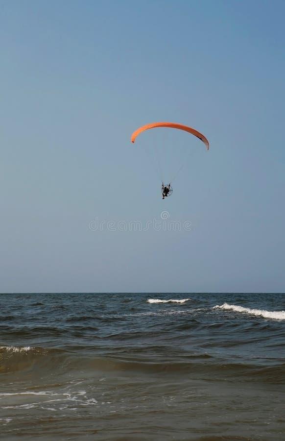 Paraglider sobre o oceano imagem de stock royalty free