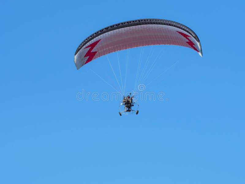 Paraglider, szybowcowy pilot z silnikiem zdjęcia royalty free