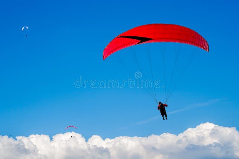 Paraglider unosi się w astronomicznym nad chmury obrazy stock