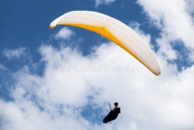 Paraglider w niebieskim niebie obraz royalty free
