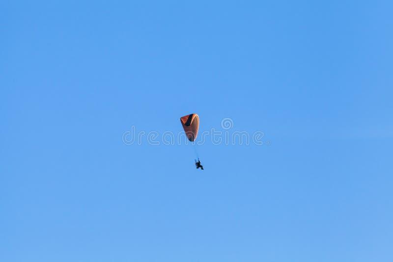 Paraglider w niebieskim niebie, ultralight samolot zdjęcia stock