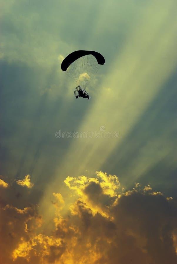 Paraglider w zmierzchu obrazy stock